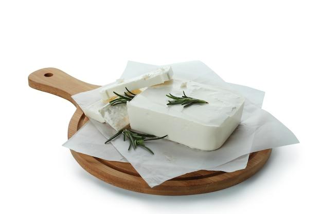 Brett mit feta-käse lokalisiert auf weiß