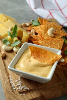 Brett mit käsesauce und snacks, nahaufnahme