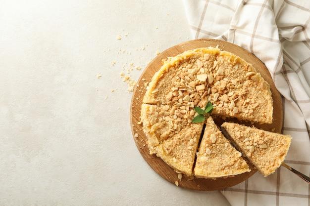 Brett mit leckerem napoleon-kuchen