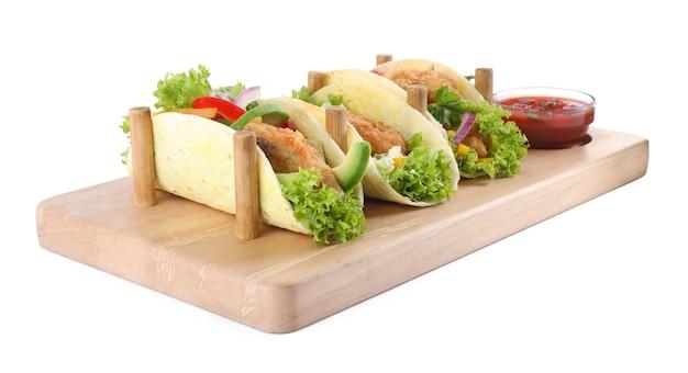 Brett mit leckeren fisch-tacos isoliert auf weiß
