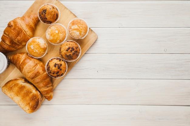 Brett mit muffins und croissants