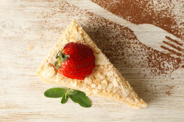 Brett mit stück napoleon-kuchen mit erdbeere