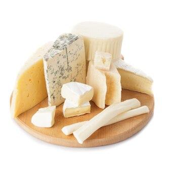 Brett mit stücken verschiedener käsesorten auf dem brett