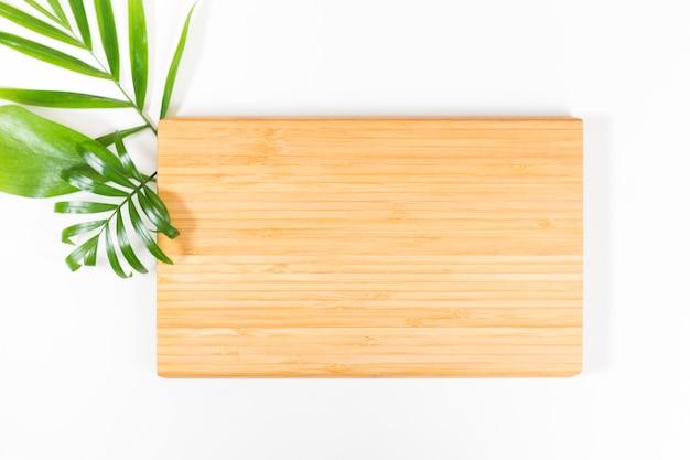 Brett- und grünblätter auf weiß