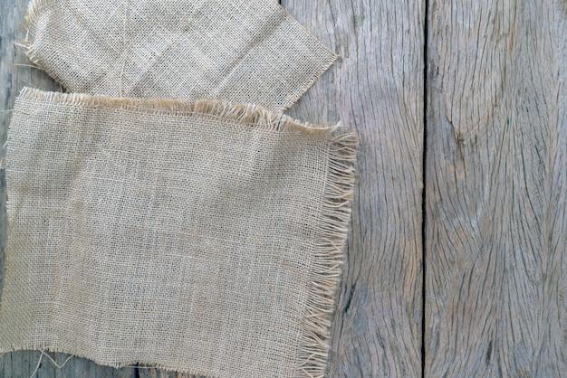 Bretterboden mit sackleinen auf altem holz