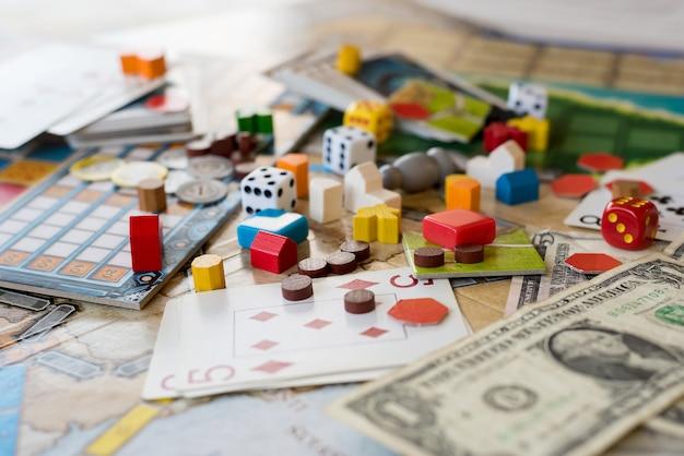 Brettspiele, münzen, scheine, würfel und karten