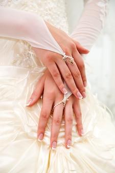 Bride hände auf hintergrund des kleides