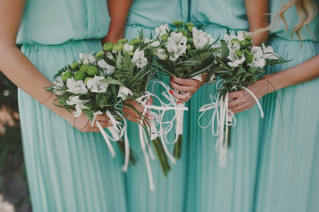 Bridesmaids mit bouquets
