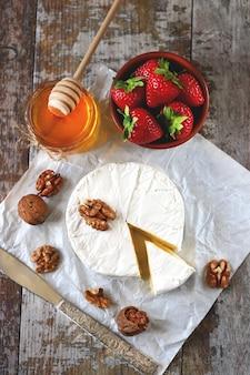 Brie, camembert, honig, italienisch, nuss, scheibe, erdbeere, frühstück, käse, essen, frisch, snack, gesund, obst, süß, lecker, menü, banner, essen, beeren, kochen, rustikal, zuhause