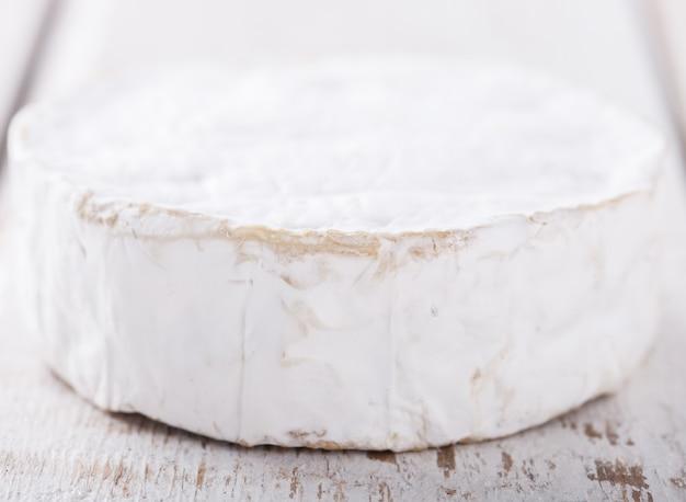 Brie-käse auf weißem hintergrund