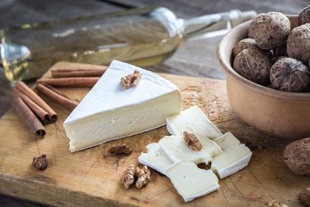 Brie käse mit nüssen