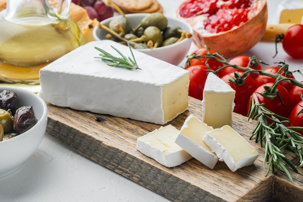 Brie-käseset auf weißem tisch