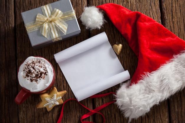 Brief an den weihnachtsmann in weiß mit einem sankt-hut