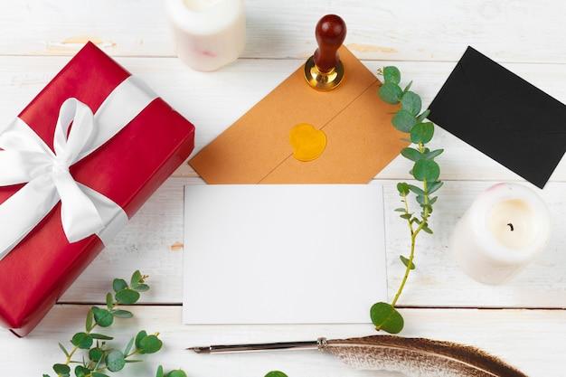 Brief an santa claus mit siegellackstempel auf holztisch