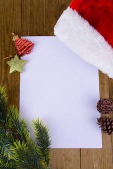 Brief für den weihnachtsmann mit weihnachtsmütze auf tischnahaufnahme
