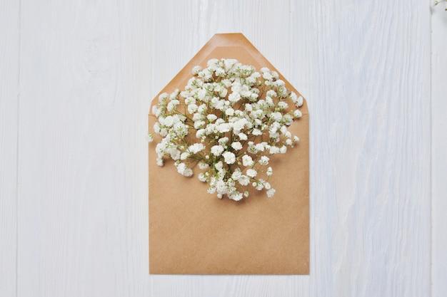 Brief mit blumen zum valentinstag im rustikalen stil