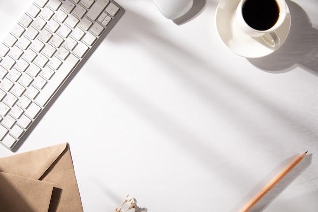 Brief mit tastatur und tasse kaffee auf dem tisch