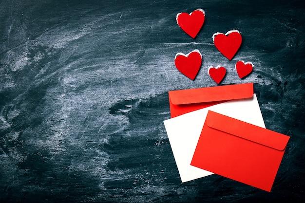 Briefe von farben und roten herzen auf der oberseite