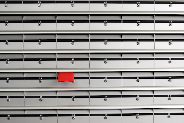 Briefkästen mit roten umschlag