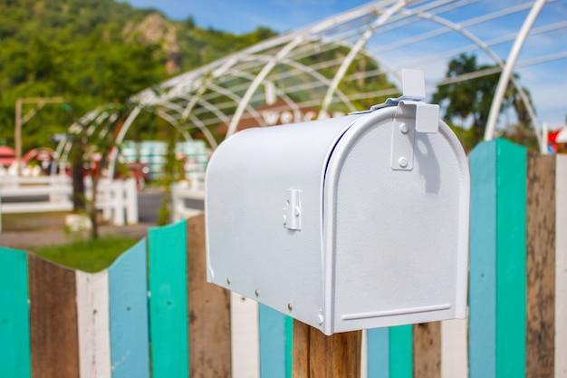 Briefkästen und ein antikes bauernhofgerät in einer landwirtschaftlichen landschaft