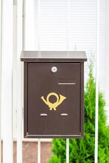 Briefkasten auf alten klassischen eisentüren. traditioneller briefkasten aus metall