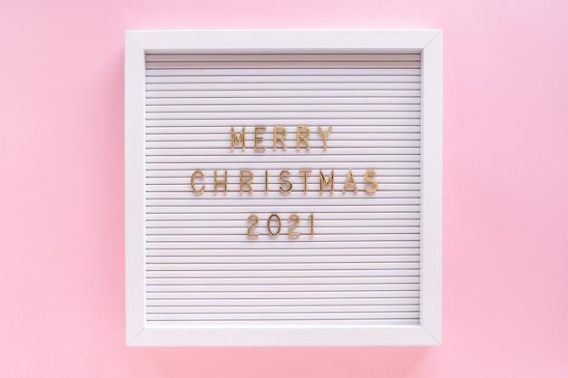 Briefkasten mit frohen weihnachtsgruß, grußzitat auf briefkasten auf rosa pastellmädchen