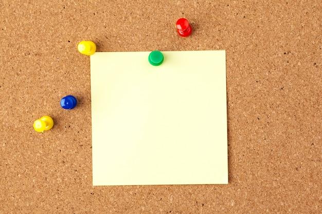 Briefpapier auf braunem korkbrett