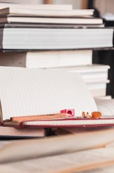 Briefpapier, das nahe Büchern liegt