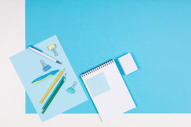 Briefpapier isoliert auf blau und weiß