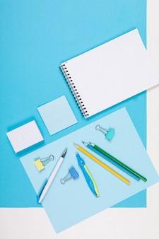 Briefpapier lokalisiert auf blauem und weißem hintergrund