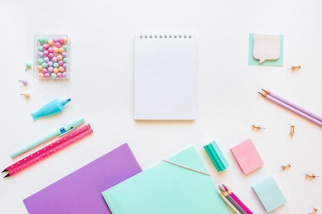 Briefpapier, mädchen stellte in pastellfarben auf weißem hintergrund ein.