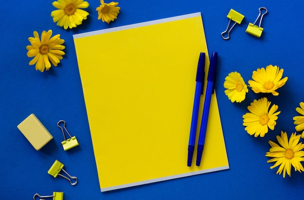 Briefpapier mit ringelblumenblumen auf einem blauen hintergrund