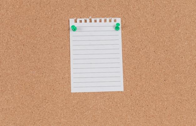 Briefpapier mit stift auf der korkplatte