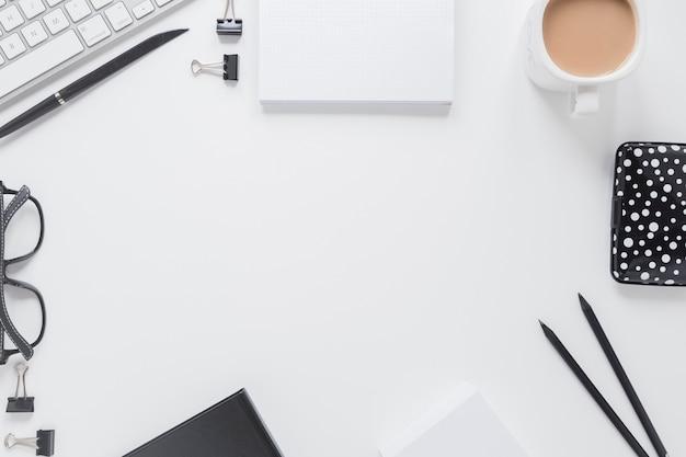 Briefpapier nahe gläsern und tastatur
