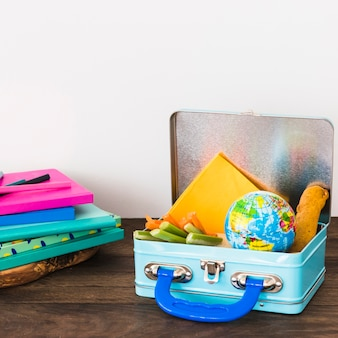 Briefpapier nahe lunchbox mit imbissen
