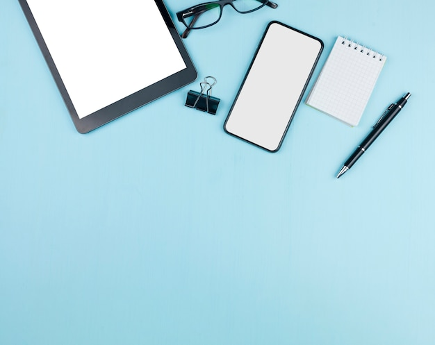 Briefpapieranordnung mit tablet- und telefonmodell