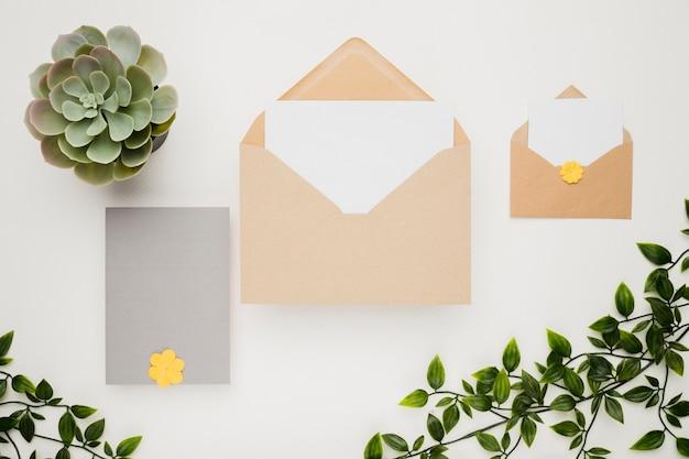 Briefpapierhochzeits-einladungskonzept in der ebenenlage