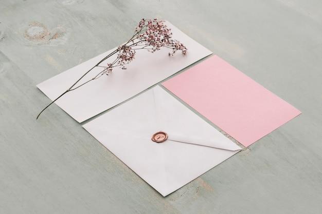 Briefpapierhochzeitskonzept mit blume auf karte