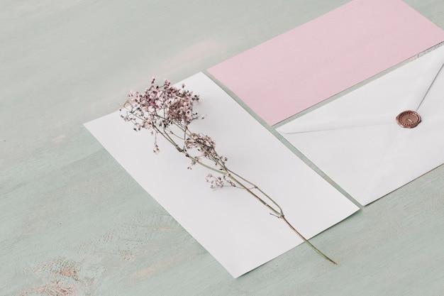 Briefpapierhochzeitskonzept mit blume