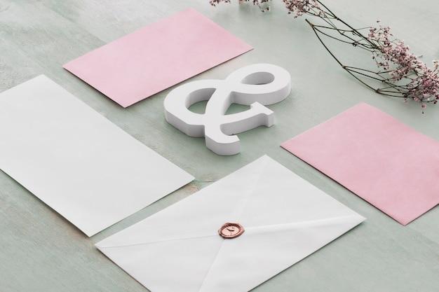 Briefpapierhochzeitskonzept mit karten und etzeichen