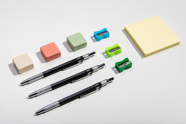 Briefpapierkonzept mit klebrigen anmerkungen und schreibenszubehör