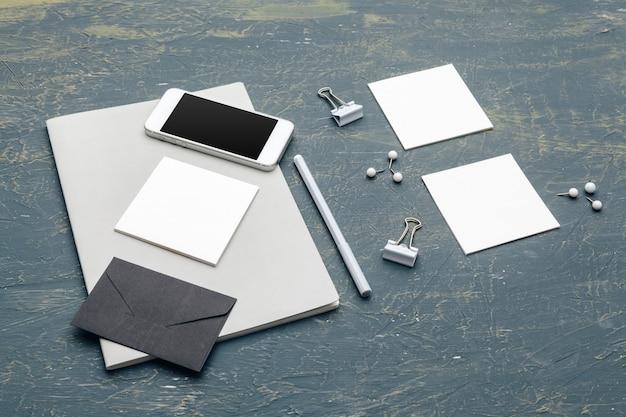 Briefpapierspott oben auf hölzernem. responsive design-vorlage.