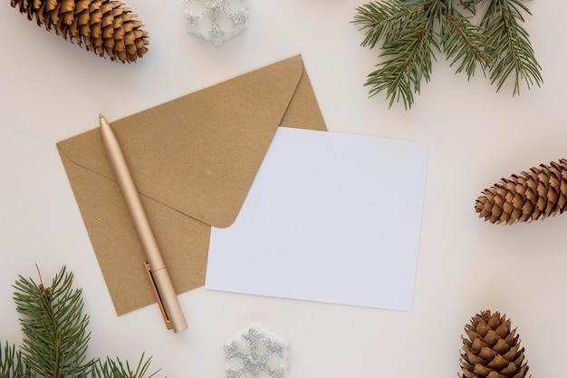 Briefpapierumschlag und papier mit nadelbaumkegeln