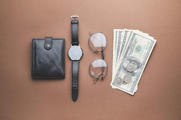 Brieftasche, geld, brille und uhr auf farbiger oberfläche