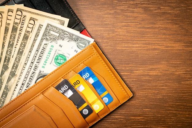 Brieftasche mit geld und kreditkarte