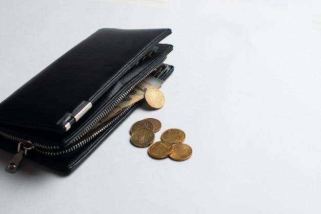 Brieftasche mit münzen, brieftasche mit geld, volle brieftasche mit rechnungen und münzen