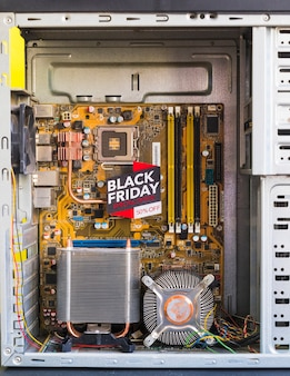 Bright black friday inschrift im computergehäuse