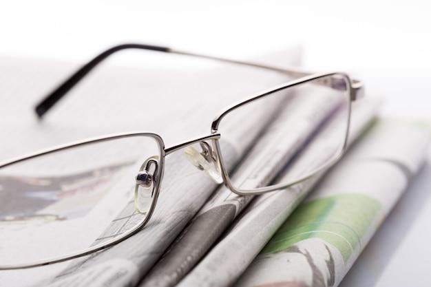 Brille auf dem zeitungsmakro
