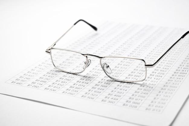 Brille auf der finanzkarte auf dem schreibtisch.