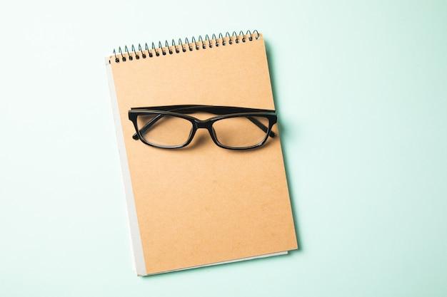 Brille auf notizblock auf dem tisch